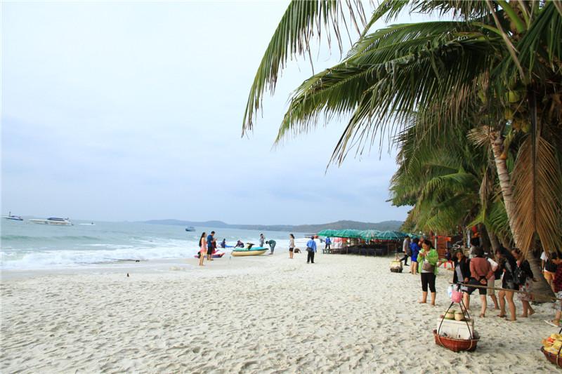 沙美岛仅5平方公里。蓝天、海水、椰树,尤其细细、白白的沙滩,吸引了众多的游客,特别是欧美的度假旅行者。