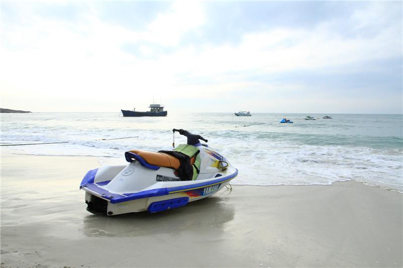 水上摩托在静候游客