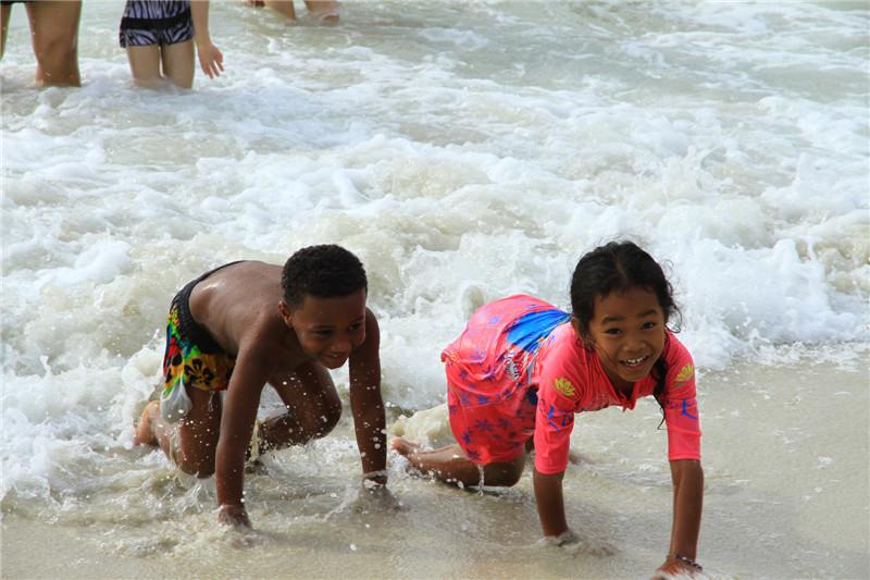 在海滩嬉戏玩耍的小朋友