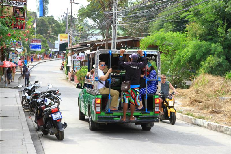 在泰国处处可见这种皮卡改装的载客车