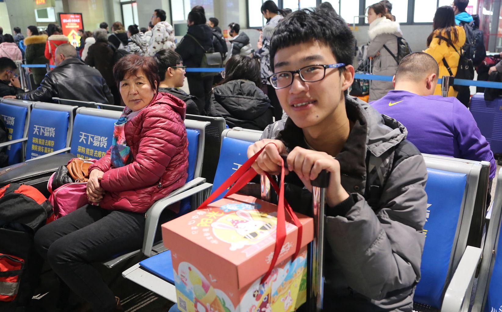 济南大学生春运返乡 烟酒、特产成归家礼物首选