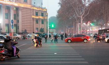 """市政协委员热议""""礼让行人""""建议建立自助式交通信号灯"""