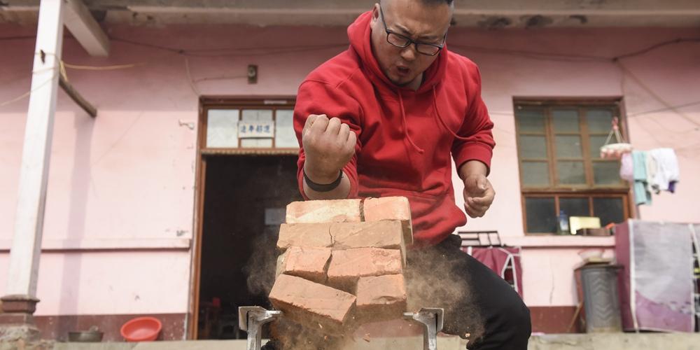 90后小伙手掌厚7公分削砖如泥 靠铁砂掌赚钱撑起一个家