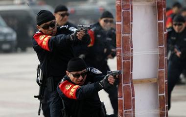济南特警真枪实弹演练上演实战对抗