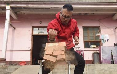 90后小伙削砖如泥 靠铁砂掌赚钱撑起一个家
