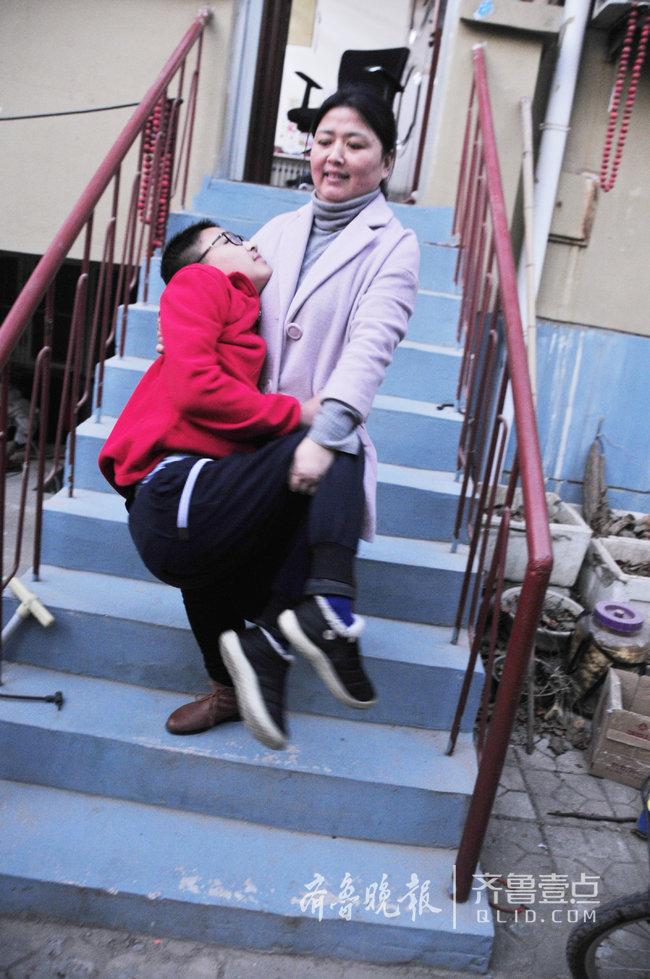每天抱着15岁的患病儿子上下学,聊城这位母亲真坚强