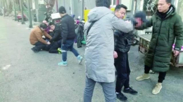 抓住窃贼后,这些警察为何向着摄像头敬礼?背后故事很暖心