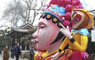 济南趵突泉景区扎制巨型花灯迎春