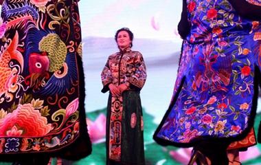 烟台旗袍爱好者身着多彩旗袍迎新年