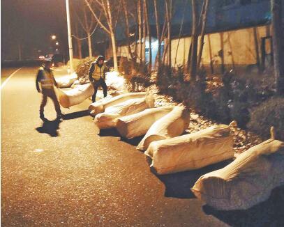寒夜中11包物品散落路面 急寻失主取回