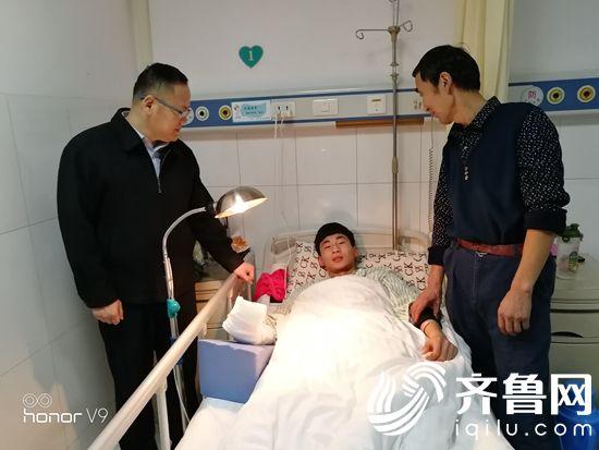 学院领导到医院看望吴晓东同学B38F1744C5178067A