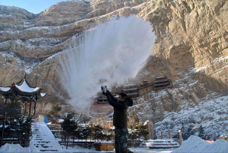 山西大同:悬空寺零下30度 洒水成冰现美景