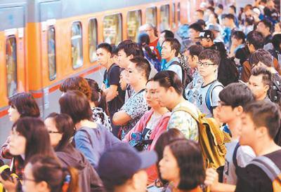 """台湾春运也""""疯狂"""" 台网友:买不到票就开车回家"""