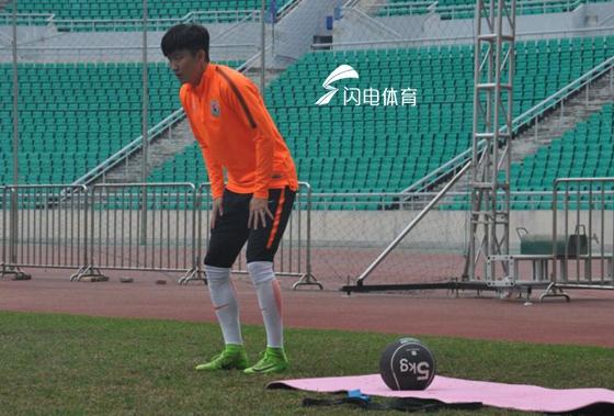 鲁能冬训主帅嘱咐队员一件事 王彤进行实心球训练