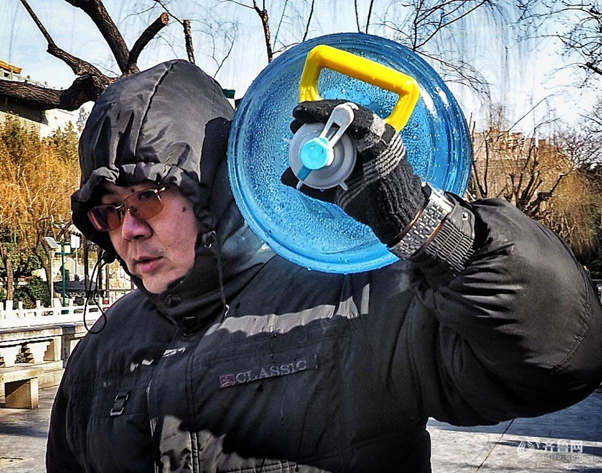 济南天寒地冻市民热情不减 黑虎泉取水人大桶小桶装水忙
