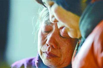 """""""最美司机""""宋洋母亲肺部感染住院 好心人陪伴让她不孤单"""