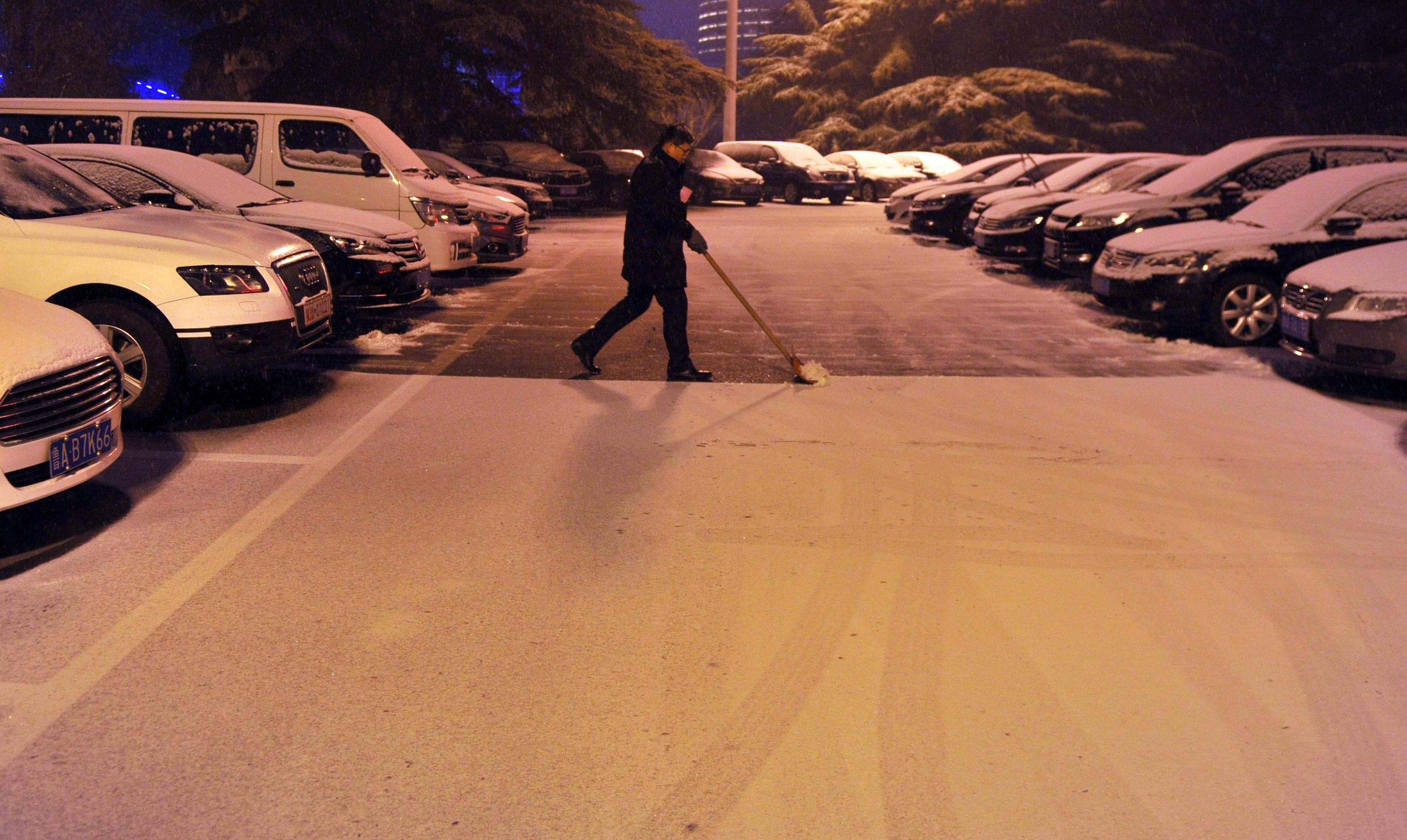济南降雪如期而至 夜中市民冒雪出行