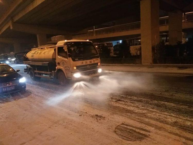以雪为令、随时待命 在济南的雪夜有人奋斗在道路一线