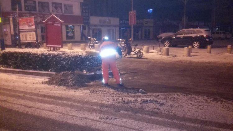 济南宝华环卫工人无眠 彻夜奋战扫雪除冰