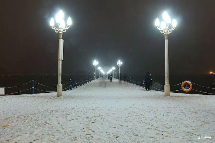 突降暴雪的夜 青岛那些不着急回家的人...致敬!