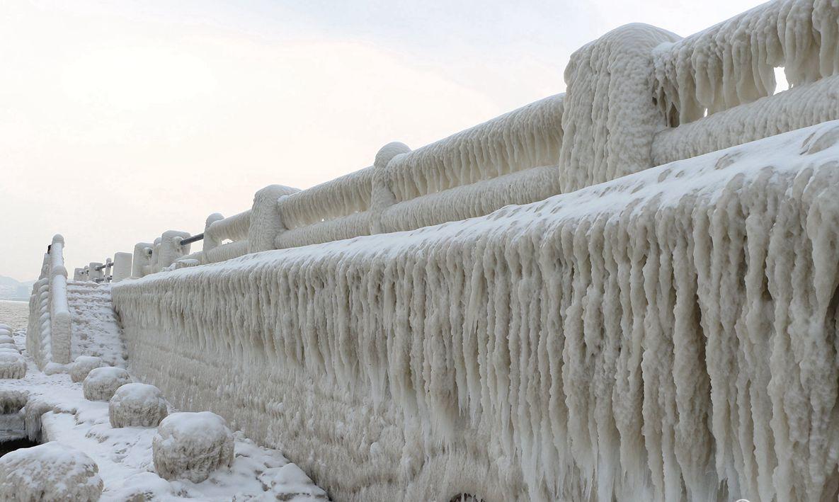 威海现冰凌景观 海水结冰似南极