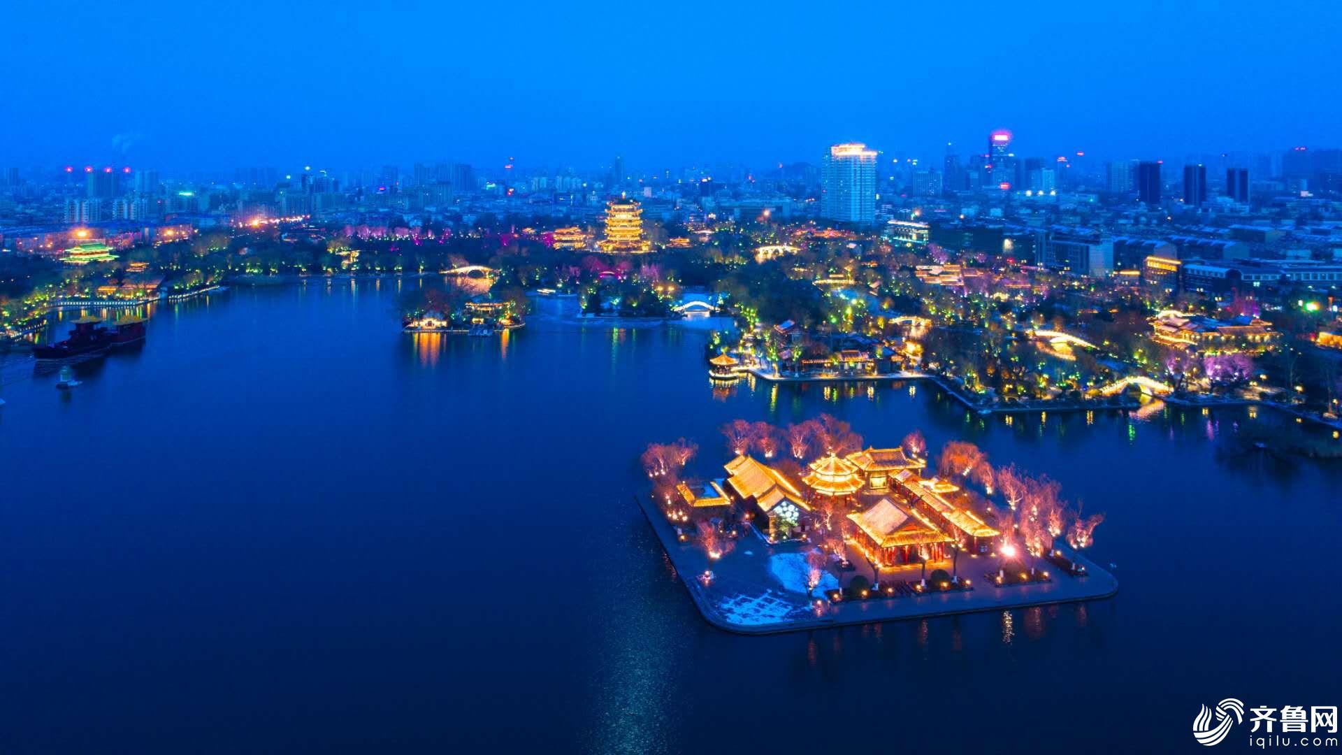 1月29日,济南大明湖夜景,华灯放,残雪映彩光,灯光灿烂辉煌,别有韵味.