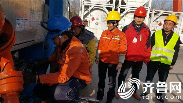 19  国外公司技术人员在灌装站对五氟乙烷产品现场取样
