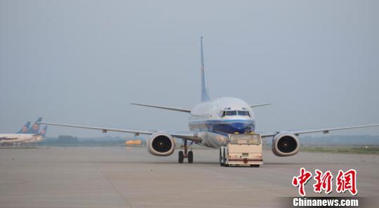 其中,新开郑州-博鳌航线,增加郑州至广州,海口,重庆,惠州,普吉等地