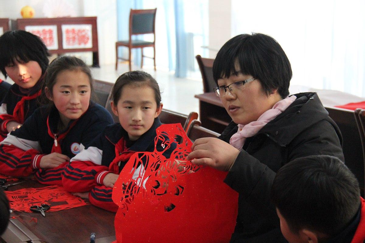 临沂女教师三十年剪纸万余副 学生近三千