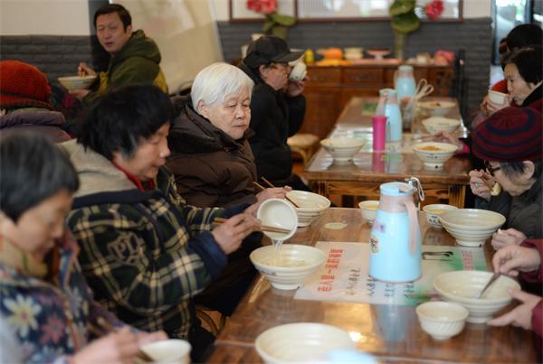 济南一社区开设光盘餐厅 人们在这里吃饭不用花钱