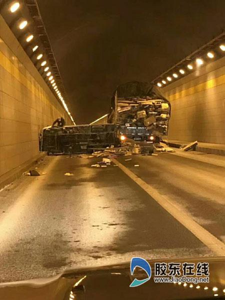 烟台塔山隧道内一货车被撞侧翻 造成一女子受伤