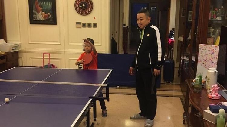 刘国梁携女儿家中练球 中国队龙袍成亮点