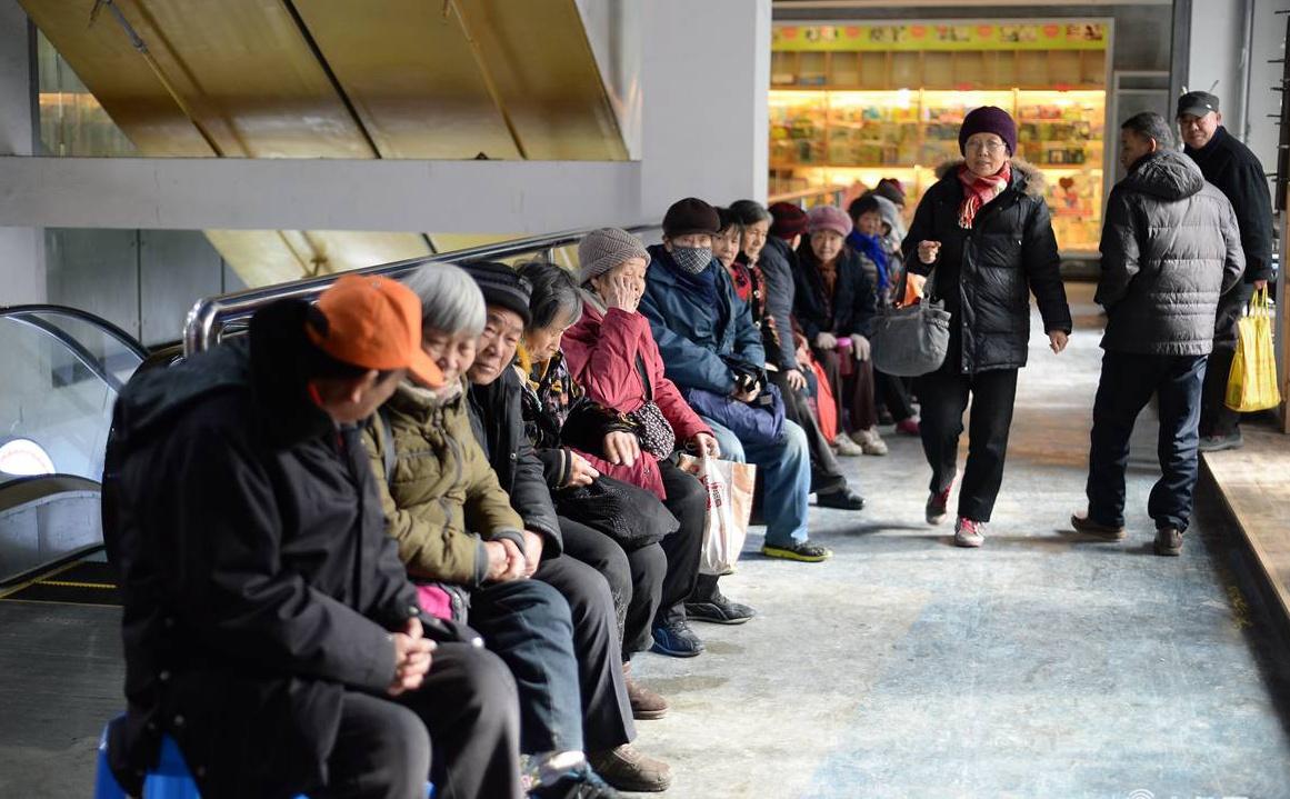 暖心!济南社区开光盘免费餐厅 老人排队就餐