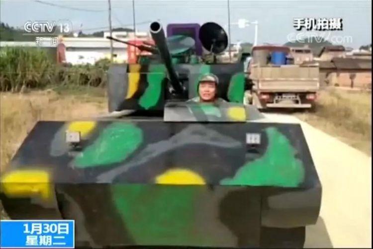 """广西一男子自制""""最牛坦克"""" 刚一上路悲剧了"""