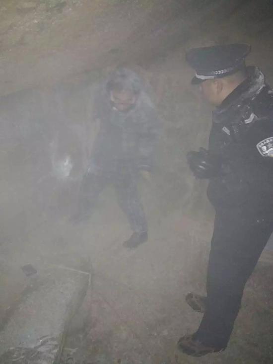 """游客山中迷路冻成""""雪雕""""民警连夜上山救出"""
