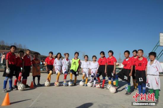 教育部:校园足球特色学校面向学生每周开设1节足球课