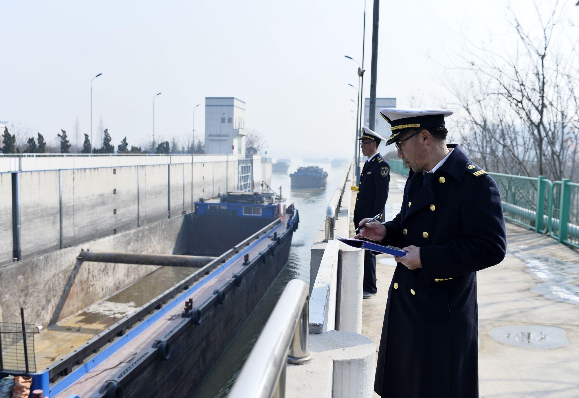 春运首日台儿庄返乡船运启程 志愿者船头送温暖