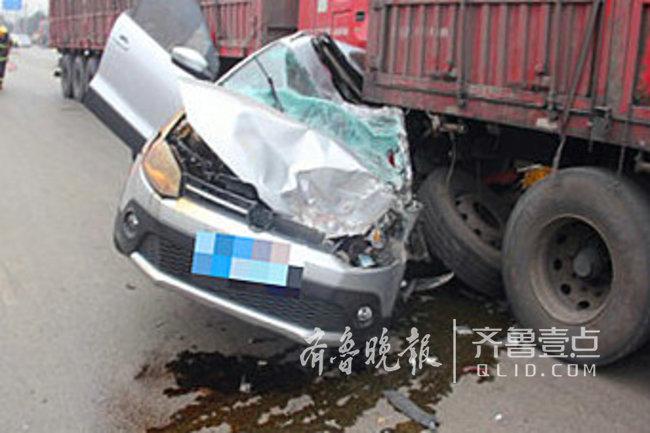枣庄市中东外环三车相撞 被夹轿车驾驶员成功获救