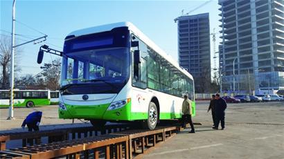 青岛迎来66辆无轨新电车 可一键灭火更安全