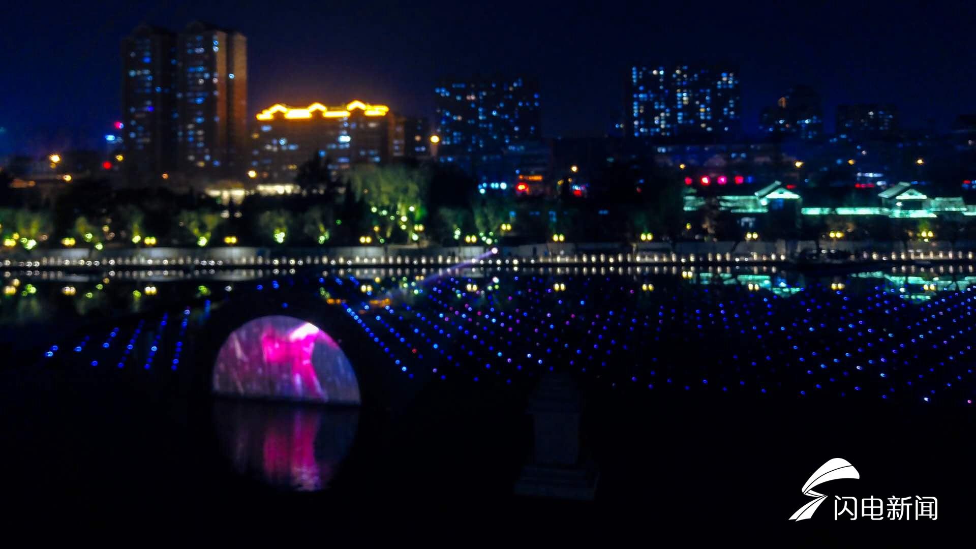 """""""明湖秀""""项目是以泉城浓厚的历史文化和秀丽的自然风光为创作源泉,深入挖掘济南的泉水特色及人文元素,精心打造的一台大型商演水上动态实景表演。"""