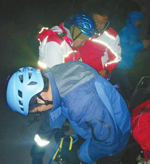 六旬男子南部山区拍雪景被困悬崖边 救援队深夜营救4小时