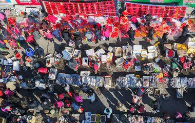 航拍青岛王哥庄百年大集  800个年货摊位铺满街道