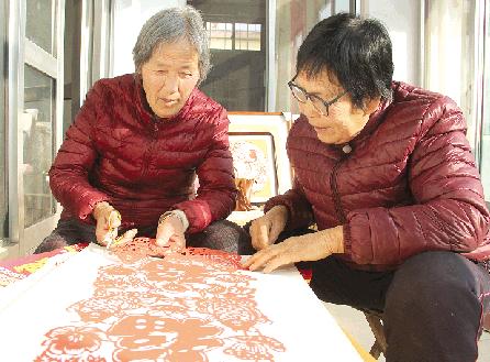 临朐这个村人人会剪纸玩出新花样 村民找到致富新路