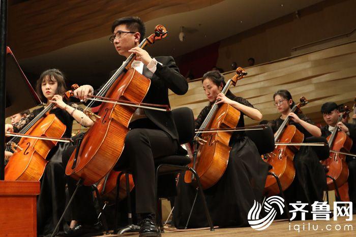 潍坊爱乐乐团成员正在专注演出