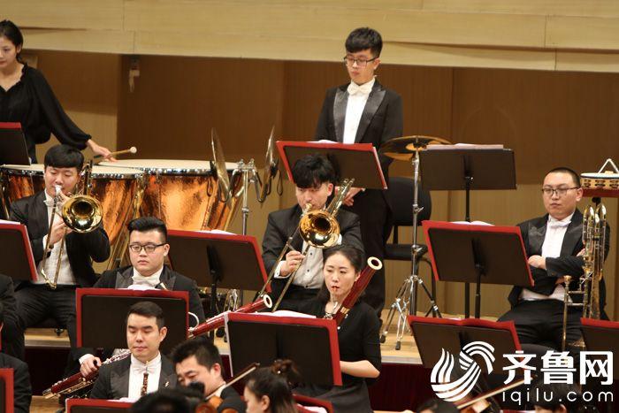 潍坊爱乐乐团成员正在专注演出3