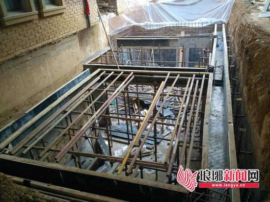 临沂北城新区一居民私自开挖地下室被城管依法查处