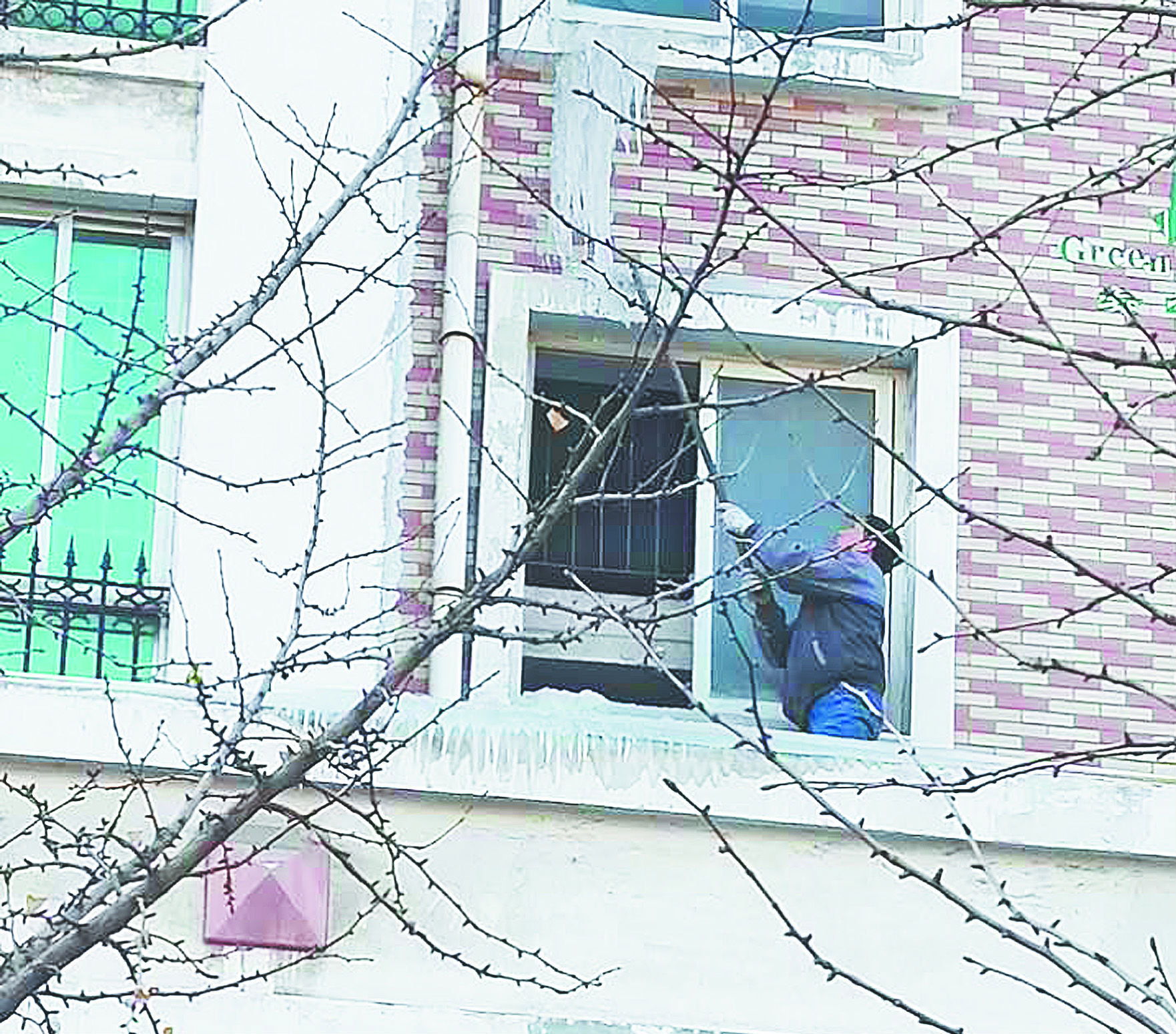 临淄一小区五楼居民家漏水 四楼房檐结冰柱