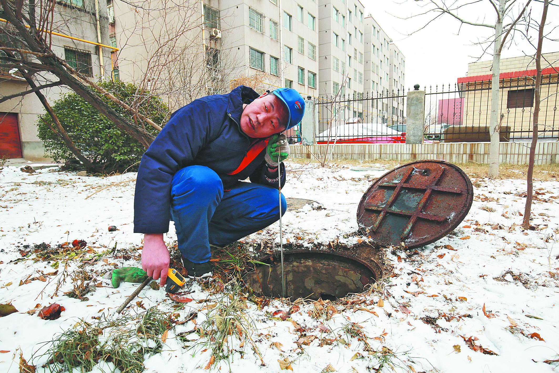 淄博热力工作者:寒夜巡线 守护居民家中温暖