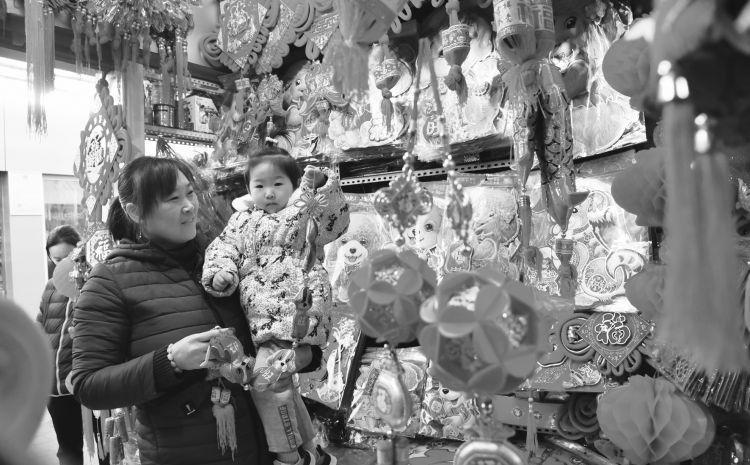 """商家折扣加码 济宁年货市场全面开启""""春节模式"""""""