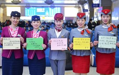 青岛五位美女列车长春运集体送祝福
